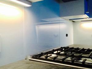 installation-glass-kitchen-backsplash